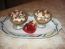 Яблочный десерт со сметанным кремом и зернами граната