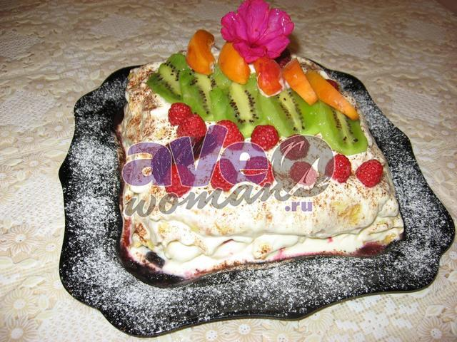 Блинный торт со сметанным кремом и фруктами «Лакомка»