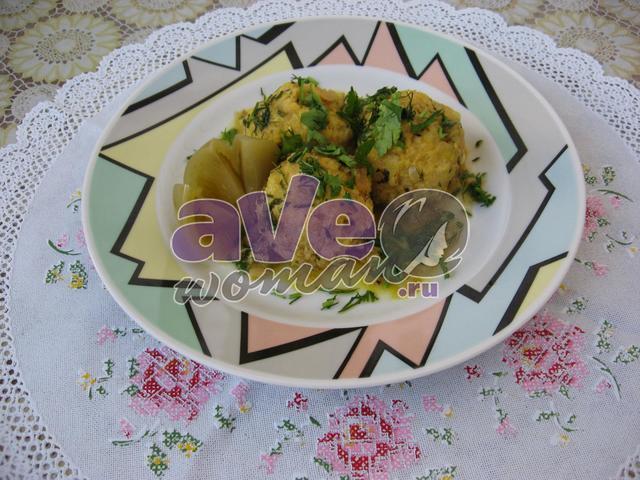 Рыбные тефтели в сметанном соусе с сыром и овощами