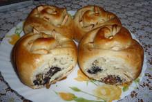 Сдобные булочки с маком, изюмом и орехами