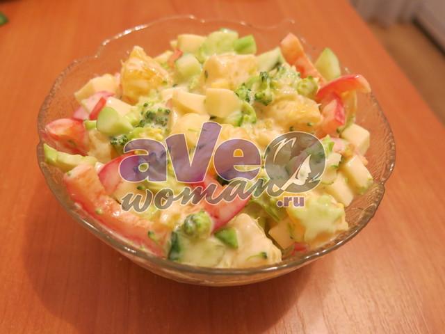 Салат из брокколи с сыром и апельсином