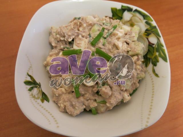 Легкий салат из консервированного тунца с фото